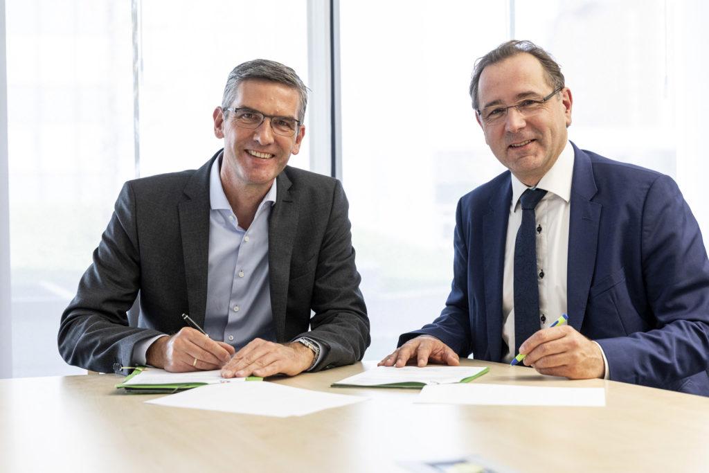 Stephan Tenge, Technikvorstand bei Avacon (links), und Prof. Thomas Linke, DVGW-Vorstandsvorsitzender, bei der Unterzeichnung der Kooperationsvereinbarung. Foto: DVGW
